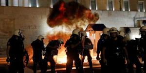 درگیری خشن پلیس یونان با معترضان به واکسیناسیون اجباری