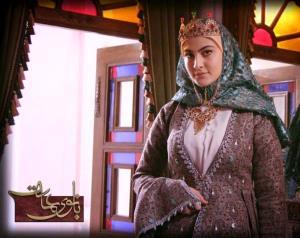 حال بد مریم مون در سکانسی از سریال بانوی عمارت