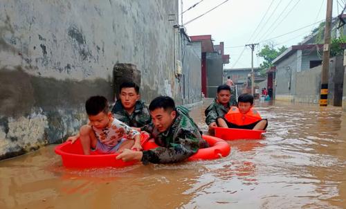 امدادرسانی به کودکان در مناطق سیل زده در چین