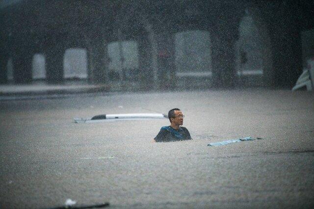 مردی غرق در سیلاب چین!