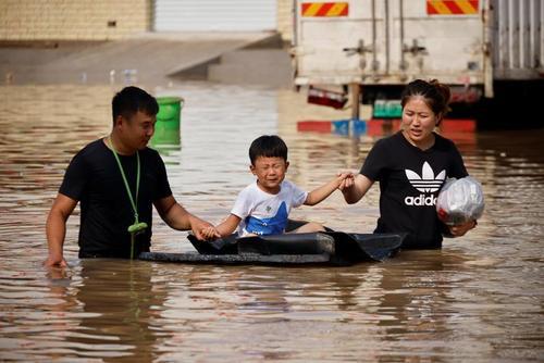 گریه و ترس پسربچه چینی هنگام عبور از سیل