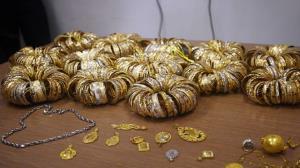 دستبند قانون بر دستان بدل انداز طلا در رشت