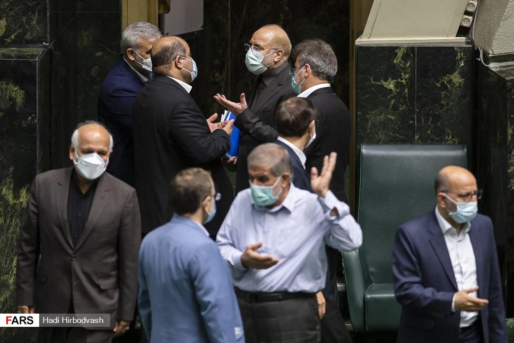 عکس/ گفت و گوی داغ نمایندگان با قالیباف تا لحظه خروح از صحن مجلس