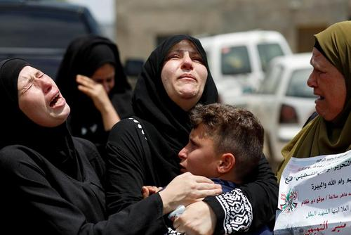 لحظه ای تلخ از مراسم تشییع یک نوجوان معترض فلسطینی
