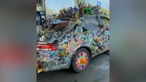 تزئین عجیب خودرو با عروسک