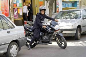 اظهار نظر متفاوت پلیس اصفهان درباره موتورسواری زنان