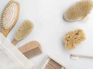 ۴ ترفند ساده برای تمیز کردن شانه و برس موی سر
