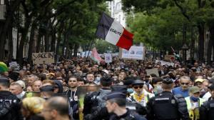 معترضان در فرانسه عکسهای ماکرون را پاره کردند