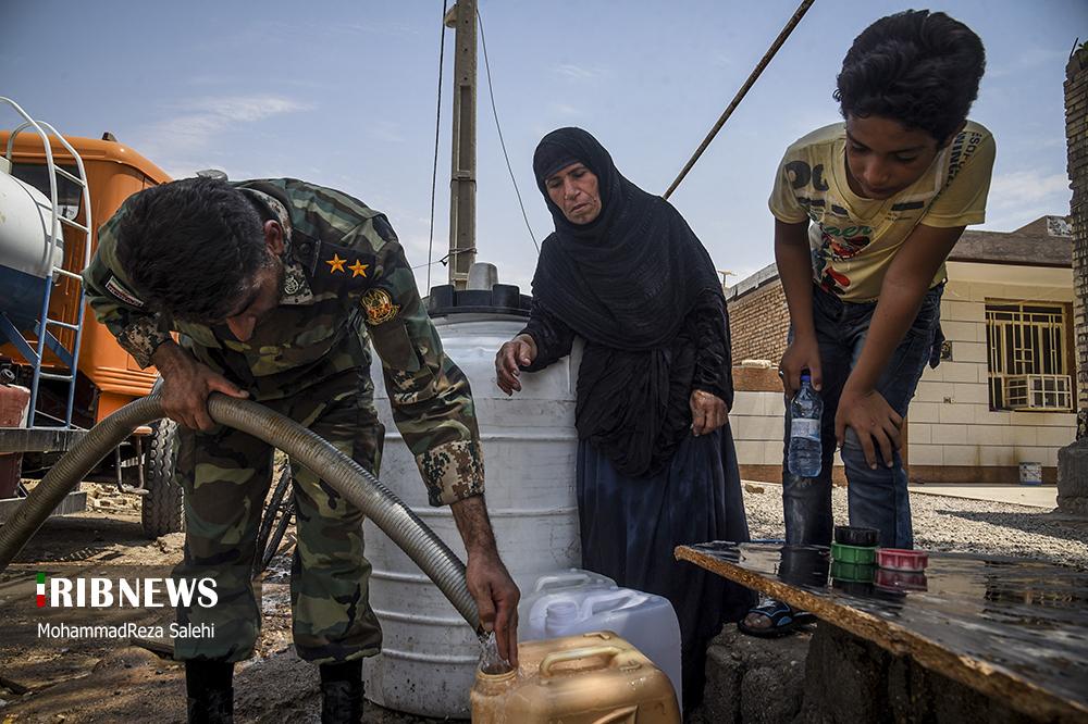 عکس/ آبرسانی تانکرهای ارتش به روستاهای دشت آزادگان اهواز
