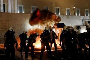 پلیس ضد شورش و آتشنشانها در فرانسه به جان هم افتادند!