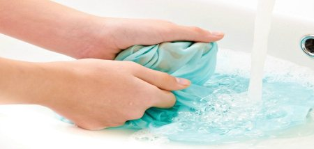 موثرترين روش شستن لباس با دست در سينک ظرفشويي
