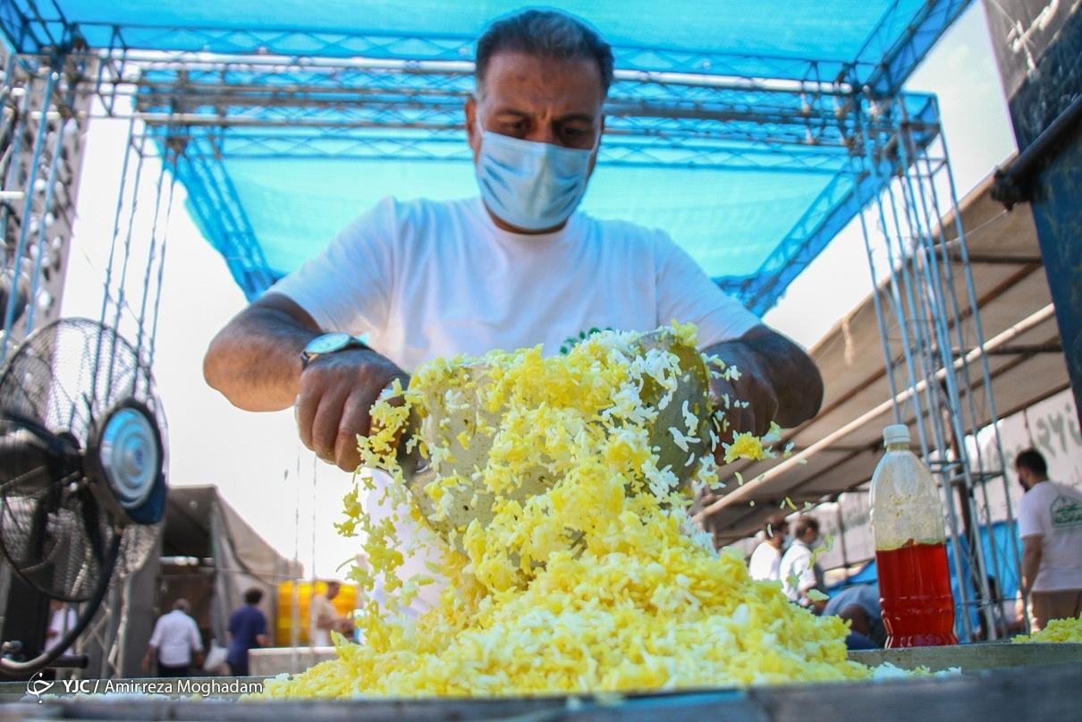 عکس/ اطعام غدیری ۲۰ هزار نفر در میدان امام حسین (ع)