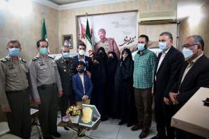 فرمانده ارتش با خانواده شهید قیصری شاد دیدار کرد