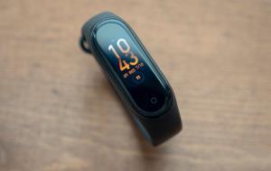 شیائومی دستبند هوشمندی با نمایشگر منعطف ۳۶۰ درجه میسازد