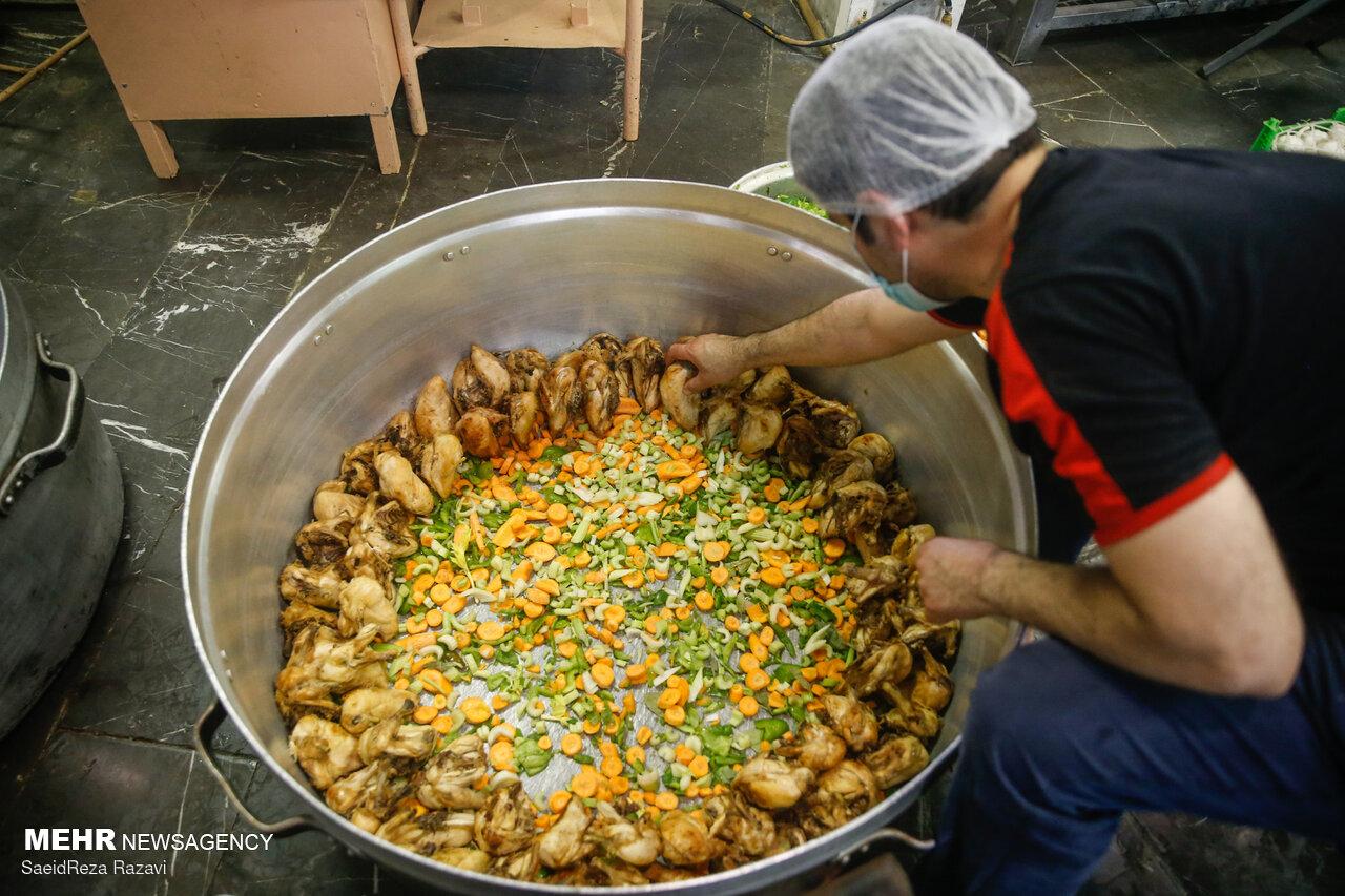عکس/ طبخ شش هزار غذای نذری توسط گروه های جهادی دانشگاه علم و صنعت