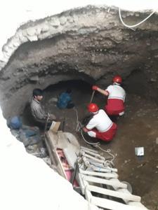 نجات ۲ نفر از زیر آوار بر اثر فرونشست زمین