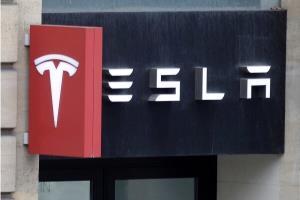 تسلا به علت ولتاژ پایین باتری خودروهایش غرامت میدهد