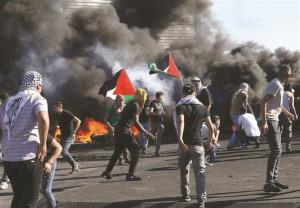 حمله نظامیان صهیونیست به مراسم تشییع جنازه شهید فلسطینی