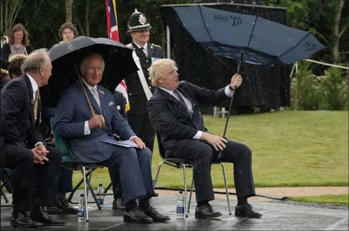 برعکس شدن چتر نخست وزیر بریتانیا در یک مراسم رسمی