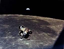ما به ماه سفر کردیم تا ماه را اکتشاف کنیم اما خودمان را پیدا کردیم