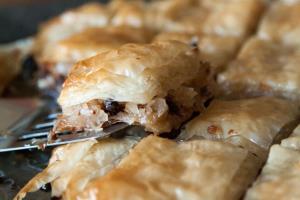 عصرانه/ طرز تهیه «باقلوا شکلات و نارگیل» اقتصادی با خمیر هزارلا