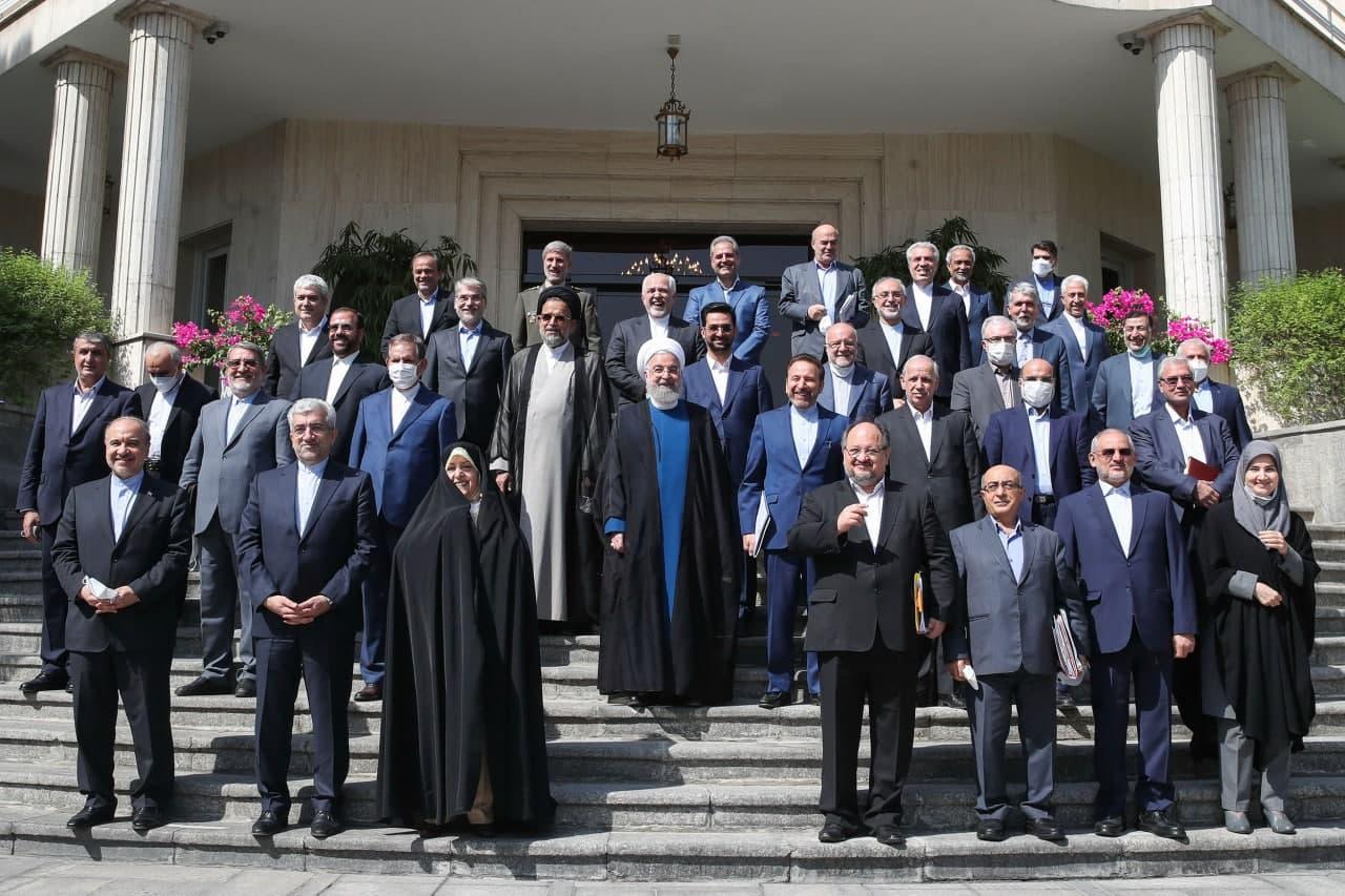 عکسي جالب در حاشيه آخرين جلسه هيئت دولت روحاني