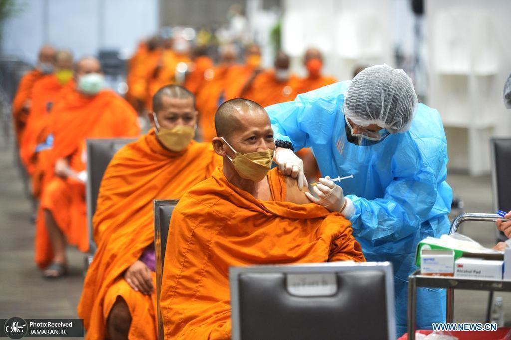 تزریق واکسن کرونا به یک بودایی تایلندی در بانکوک