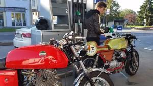 لحظه آتش گرفتن موتورسیکلت در پمپ بنزین برازجان