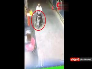 لحظه آتش گرفتن موتورسیکلت در پمپ بنزین
