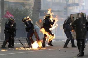 آتش گرفتن پلیس های فرانسه در تظاهرات