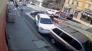 لحظه دلهره آور نجات مادر و نوزادش از زیر خودرو! (۱۵+)