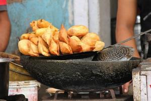 آشپزی مرد هندی که به جای روغن از خاک استفاده میکنه