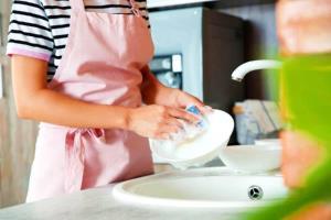 شما هم موقع ظرف شستن پیشبند نمی بندید؟