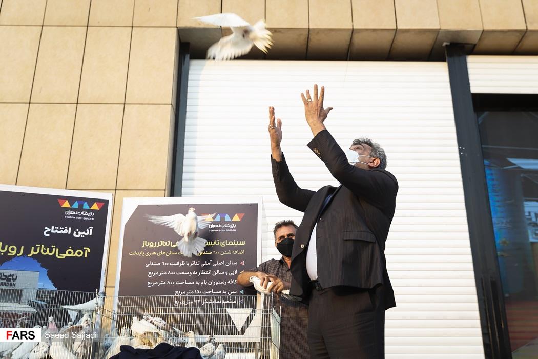 اقدام نمادین شهردار تهران در افتتاح آمفی تئاتر باغ کتاب تهران