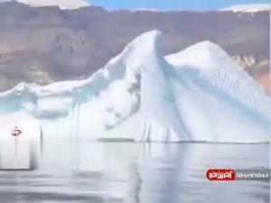 لحظه غرق شدن یک تپه یخی در آب