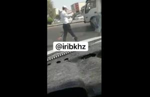 جمعآوری خردهشیشه تصادف توسط پلیس راهور اهواز