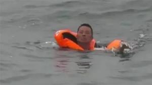 زنده ماندن معجزه آسای یک مرد در وسط دریا