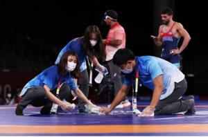 تصاویری از تمیز کردن ورزشگاههای المپیک توسط داوطلبان