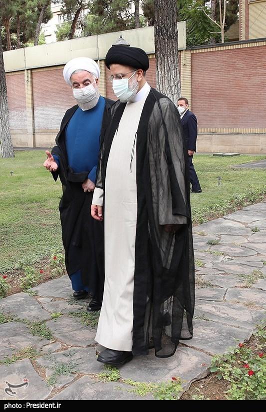 عکس/ رئیسی و روحانی در محوطه نهاد ریاست جمهوری