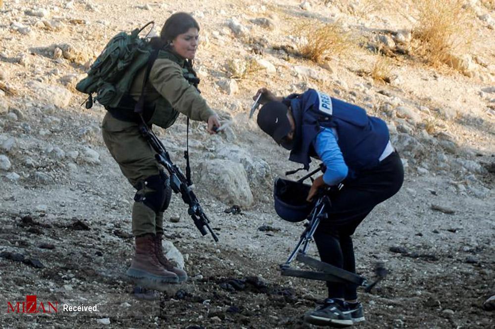 عکس/ پاشیدن اسپری فلفل به صورت خبرنگار توسط نظامی صهیونیست