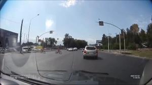 عبور خطرآفرین دو کودک دوچرخه سوار از عرض خیابان