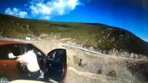 سقوط دلهره آور خودرو به دره