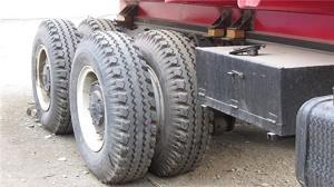 سرعت بالای یک تعمیرکار در تعویض لاستیک کامیون