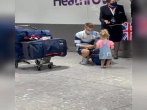 استقبال از پدر قهرمان در فرودگاه