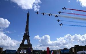 پرواز جتها بر فراز برج ایفل به مناسبت انتقال پرچم المپیک