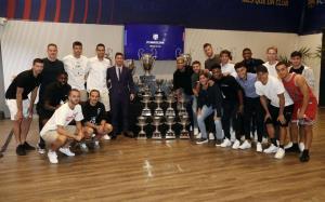 عکس یادگاری مسی با جامها و بازیکنان بارسلونا