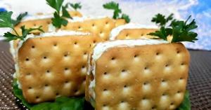 کراکر ترد نمکی با پنیر؛ خوشمزه و پرطرفدار