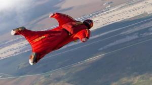 پرواز مرد پرنده بر فراز پیست اسکی