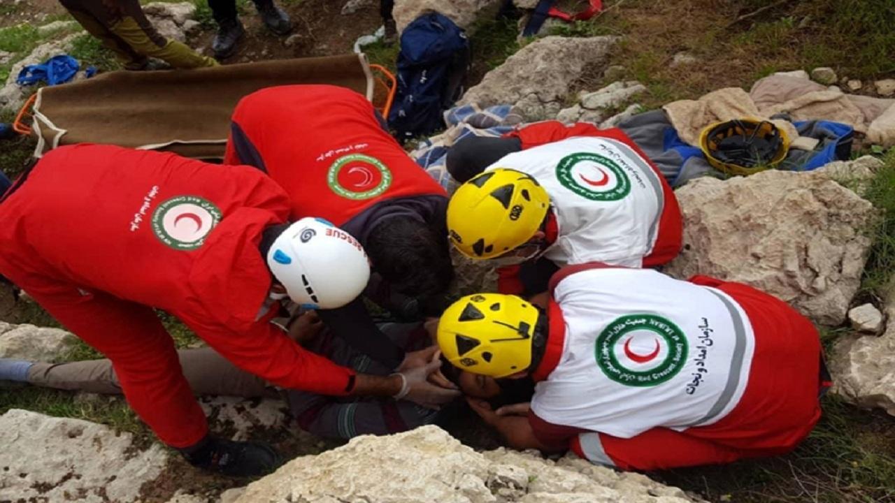 امدادگران جمی جان پدر و پسری را از گرمازدگی در کوه نجات دادند