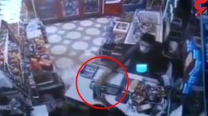 لحظه سرقت سه سوته موبایل از یک مغازهدار